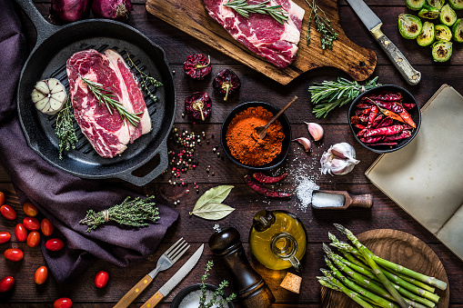 Cast Iron「Roasting beef steaks and vegetables on an iron grill」:スマホ壁紙(14)