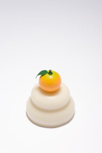 お正月「Rice cake decoration with fake mikan, close-up」:スマホ壁紙(16)