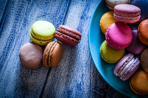 Macaroon「Multi colored macaroons in a blue plate shot from above on blue table」:スマホ壁紙(19)