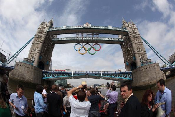 2012 Summer Olympics - London「Olympic Rings Are Unveiled On Tower Bridge」:写真・画像(11)[壁紙.com]