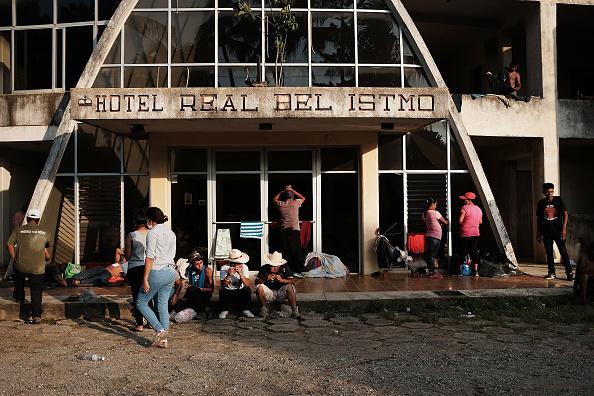 Motel「Thousands Of Hondurans In Migrant Caravan Continue March Through Mexico」:写真・画像(19)[壁紙.com]