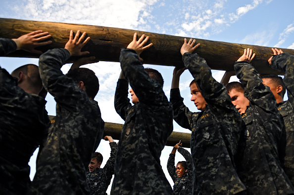 Log「Naval Academy Underclassmen Put Through Grueling Physical Activities During Annual Sea Trials」:写真・画像(7)[壁紙.com]