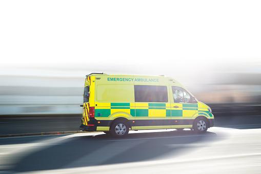 Van - Vehicle「Ambulance UK respond to an Emergency in downtown」:スマホ壁紙(12)