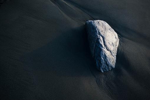 黒砂「A Rock Sits On The Dark, Wet Sand」:スマホ壁紙(15)