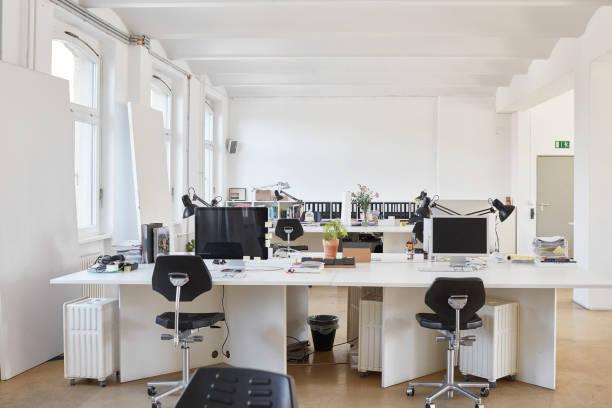 Chairs arranged at desk in office:スマホ壁紙(壁紙.com)