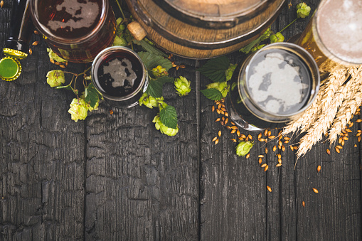 Recipe「Mugs of beer with green hops and wheat on wooden black background」:スマホ壁紙(10)