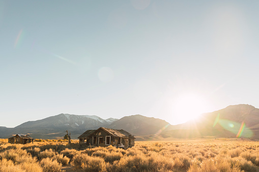 Remote Location「USA, California, Mammoth Lakes, decayed houses」:スマホ壁紙(4)