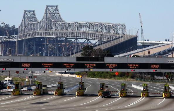 San Francisco-Oakland Bay Bridge「Fallen Debris Forces Closure Of Bay Bridge」:写真・画像(2)[壁紙.com]