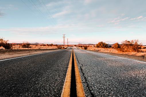 Road Marking「USA, California, Joshua Tree, Street」:スマホ壁紙(5)