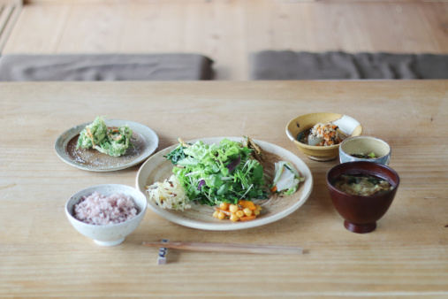 Chopsticks「Japan, Dinner on wooden table」:スマホ壁紙(2)