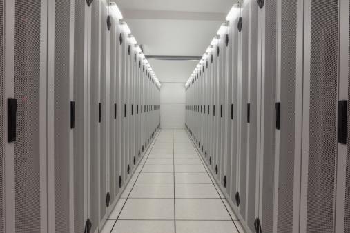 Data Center「Empty row of servers」:スマホ壁紙(9)