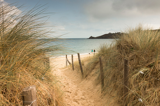 Footpath「France, Bretagne, view to the sea with walkers on the beach and beach dunes in the foreground」:スマホ壁紙(12)
