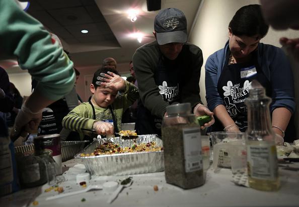 Salad「Volunteers Prepare Thanksgiving Meals For The Needy」:写真・画像(4)[壁紙.com]