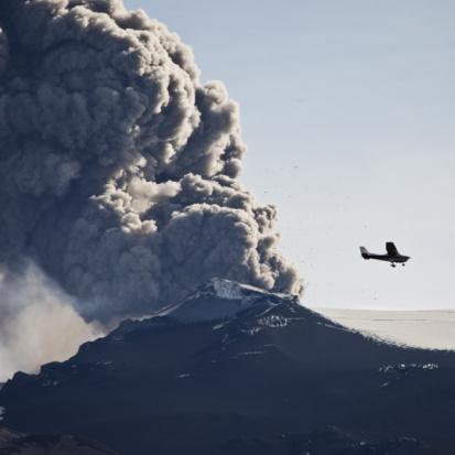 Active Volcano「Ash Plume with airplane, Eyjafjallajokull, Iceland」:スマホ壁紙(15)