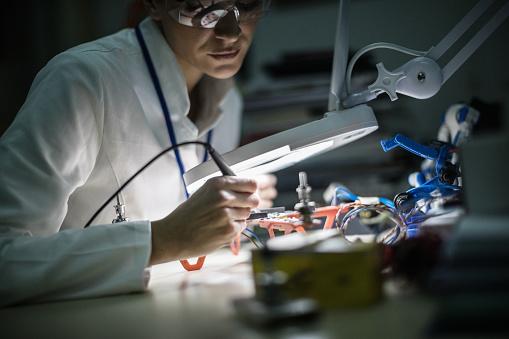 女性一人「ドローンに取り組む女性電気技師」:スマホ壁紙(6)