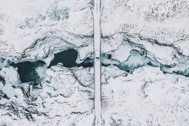 冬の Koluglufur 滝の風景空撮:スマホ壁紙(壁紙.com)