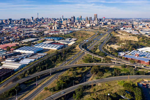 South Africa「Scenic aerial view of Johannesburg highway traffic almost non-existent due to Coronavirus Covid-19 Pandemic.  Johannesburg skyline in the background.」:スマホ壁紙(0)