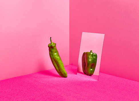 Overweight「A green pepper reflecting in a mirror fat and shorter version of himself」:スマホ壁紙(9)