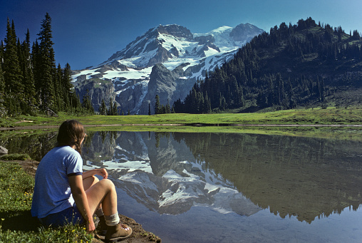 Adult「Young Female Hiker at Aurora Lake with Mt Rainier Reflection」:スマホ壁紙(16)