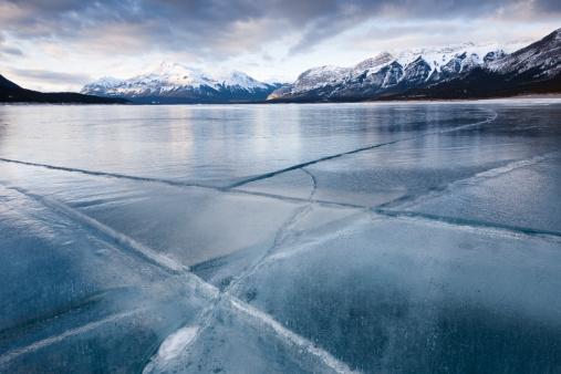Standing Water「Cracked ice on frozen glacial lake, Abraham Lake, Canadian Rockies, Alberta, Canada」:スマホ壁紙(3)
