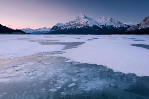 River「Cracked ice on frozen glacial lake, looking towards Elliot Peak on Abraham Lake, Canadian Rockies, Alberta, Canada」:スマホ壁紙(5)