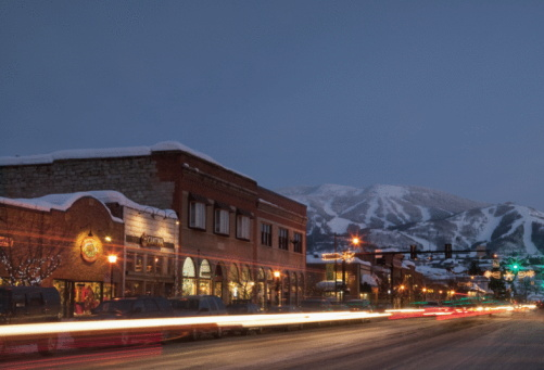 Ski Resort「USA, Colorado, Steamboat Springs, Town at night with mountains in background」:スマホ壁紙(7)