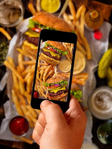 Mobile Phone「Food Selfie of Burgers and Fries」:スマホ壁紙(14)