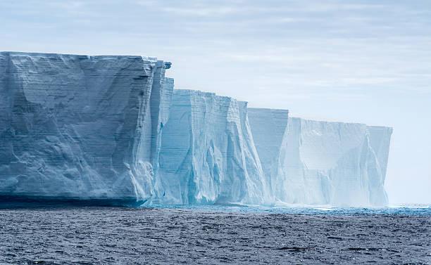 Tabular iceberg in Antarctica:スマホ壁紙(壁紙.com)