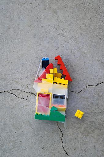 Effort「Plastic block house taped together on concrete」:スマホ壁紙(11)