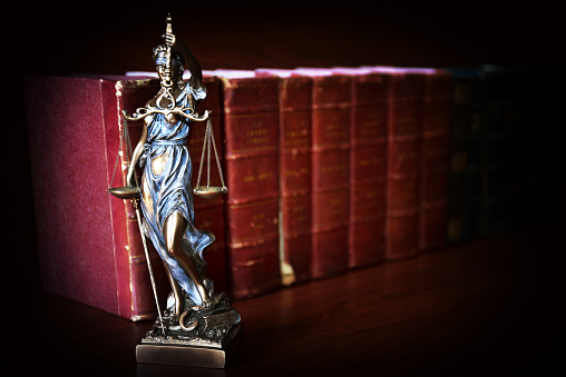 God「Statue of justice in front of law books - Themis」:スマホ壁紙(2)