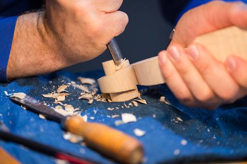 Violin「craftsperson carving violin」:スマホ壁紙(11)