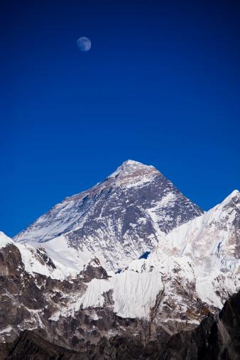 Sagarmāthā National Park「Moon rising over summit of Mt Everest from viewpoint at Gokyo-Ri,Khumbu region.」:スマホ壁紙(12)