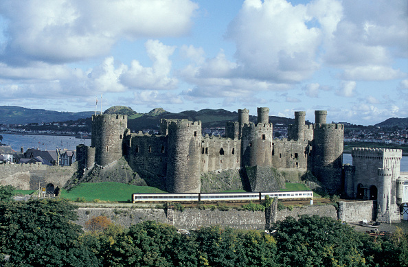Scenics - Nature「DMU passing the historic castle at Conway on the north Wales coast with a Crewe to Holyhead service」:写真・画像(18)[壁紙.com]