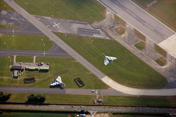 Airport Runway「Last Flying Vulcan Bomber Taking Off From Raf Waddington」:写真・画像(12)[壁紙.com]