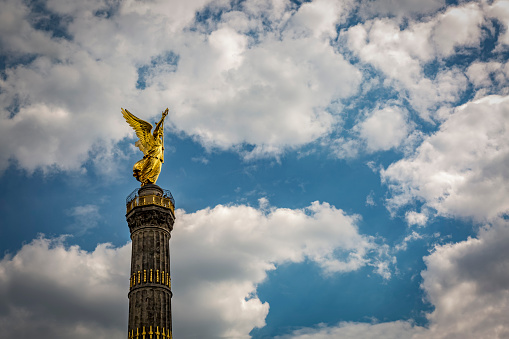 God「Germany, Berlin, view of victory column against cloudy sky」:スマホ壁紙(2)