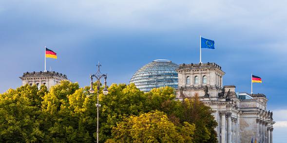 Politics「Germany, Berlin, Berlin-Tiergarten, Reichstag building with flags」:スマホ壁紙(17)