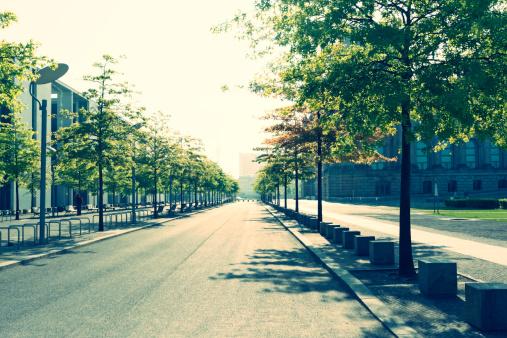 樹木「Germany, Berlin, empty street near Reichstag」:スマホ壁紙(18)