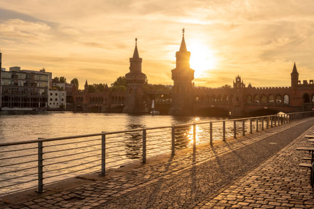 Germany, Berlin-Friedrichshain, view to Oberbaum Bridge at sunrise:スマホ壁紙(壁紙.com)