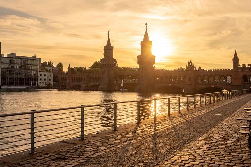Back Lit「Germany, Berlin-Friedrichshain, view to Oberbaum Bridge at sunrise」:スマホ壁紙(17)