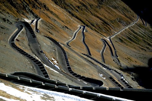 Hairpin Curve「Italy, Stelvio Pass, winding mountain road, elevated view」:スマホ壁紙(9)