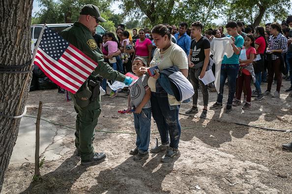 Immigrant「US Border Patrol Receives Asylum Seekers In Texas' Rio Grande Valley」:写真・画像(12)[壁紙.com]