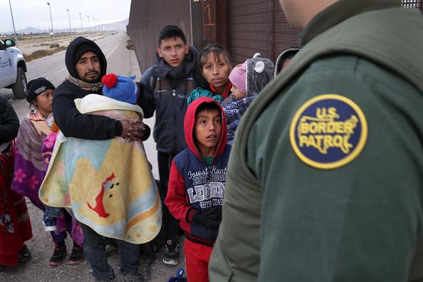 Southern USA「U.S. Customs And Border Patrol Agents Patrol Border In El Paso, TX」:写真・画像(1)[壁紙.com]