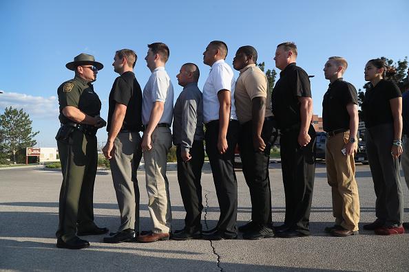 John Moore「New Agents Train At US Border Patrol Academy In New Mexico」:写真・画像(12)[壁紙.com]