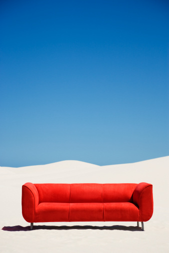 人里離れた「空のソファーも、砂漠の真ん中にある」:スマホ壁紙(6)