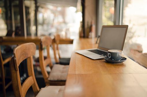Working「Laptop with blank screen in coffee shop」:スマホ壁紙(3)