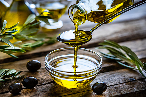 Cooking Oil「Pouring extra virgin olive oil in a glass bowl」:スマホ壁紙(11)