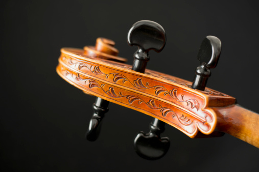 Violin「Scroll of cello against black background, close up」:スマホ壁紙(9)