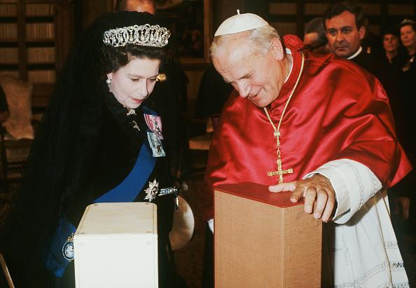 Anwar Hussein「Queen Elizabeth II visit to the Vatican」:写真・画像(17)[壁紙.com]