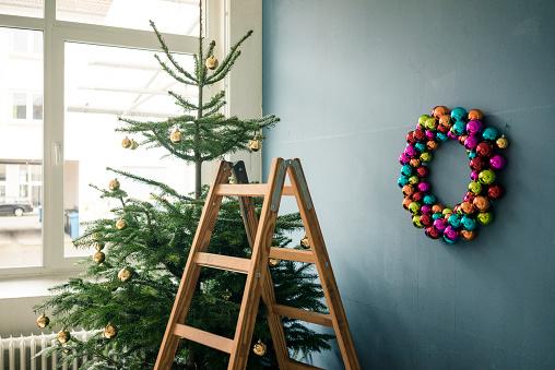 Christmas「Christmas tree, Christmas wreath and ladder in a loft」:スマホ壁紙(14)