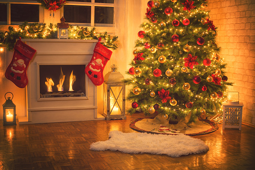 Floral Garland「Christmas Tree Near Fireplace at Home」:スマホ壁紙(17)